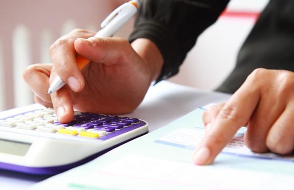 Księgowy na etacie kontra usługi biura rachunkowego